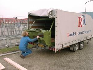 Het uitladen van een gestraalde en gespoten body van een Range Rover Classic. Deze foto is genomen bij de plaatwerkafdeling/schadeafdeling in Asperen