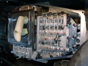 Zichtbaar is de onderkant van een versnellingsbak Landrover Discovery 2 bouwjaar 1999.