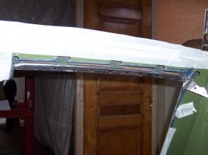 Het door gecorrodeerde gedeelte van de dakbalk achterzijde eruit slijpen
