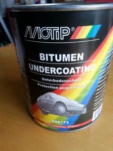 Bitumen tectyl is een dikke kwastbare strijk tectyl, die op plaatsen kan worden aangebracht waar veel steenslag komt. Bijvoorbeeld in de wielkasten