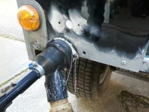 Oxydatie proces Defender, stralen aluminium body voor het plaatsen van de nieuwe achterbalk