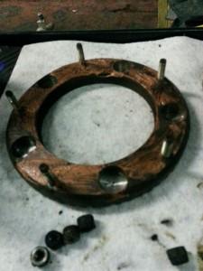 Het is van groot belang om de ABS inductiering pasvlakken goed schoon te maken. Zodat de ABS sensor gelijke signalen ontvangt / Remmenbeurt Defender
