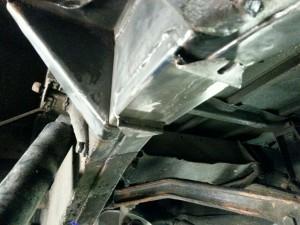 Steun nagemaakt en op chassis lassen / Vervangen achterbalk Defender