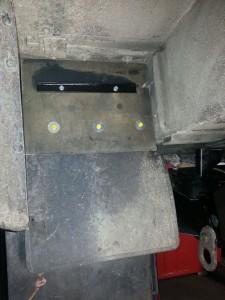Verlengen van de rubberflap bij de achterwielen, zodat er minder modder en water tegen de achterbalk komt /  Vervangen achterbalk Defender