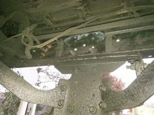 Holle ruimten in chassisbalken een behandeling geven met ML  was tectyl. Balken buitenzijde zetten we eerst in de primer daarna 3 lagen chassislak op 2 componenten basis als laatste de zwarte was underbody coating tectyl. Vervangen achterbalk Defender