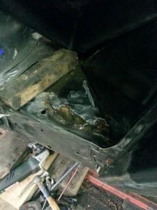 Oud stuk vloerdeel eruit geslepen, laswerkzaamheden Range Rover Classic 1994 / Landroveronderhoud Midden Nederland