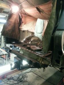Bodybalk achterzijde vervangen, de werkzaamheden vooraf, het eruit hakken en boren van de bodybalk achterzijde