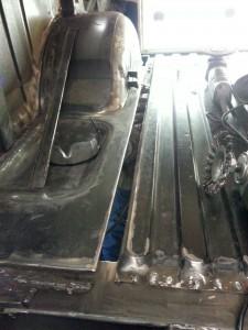 Dubbele vloerconstructie herstellen in enkelvoudige vloerconstructie, kan het daarna niet meer tussen de randen gaan rotten / Laswerkzaamheden Range Rover Classic 1994.