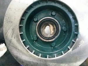 Binnenzijde remschijfhub lakken met stoprust tegen oxidatie.