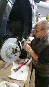 Montage nieuwe remschijven en remklauwen Range Rover LM 322  bouwjaar 2005 / Landroveronderhoud Midden Nederland