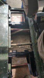 Landrover 109″ STAWAG, bouwjaar 1977. Las + opbouwwerkzaamheden aan chassis en brandstof tanken, Nieuwe Rigger balk geplaatst van brandstoftank rechtsvoor. Een extra afdekplaat aangebracht, tegen modder en water vanaf de wielen + opbouw trekhaak . www.landroveronderhoud.nl