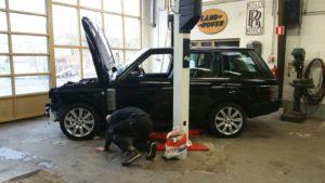 Werkzaamheden motor uitbouwen van Range Rover LM 322 TDV8