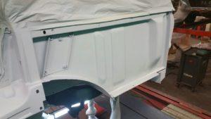 Range Rover Classic V8 Automaat - Las en reparatie werkzaamheden zijn gereed, we zijn gestart met schuren, de Range Rover voorbereiden om de eerste laag primer aan te brengen, daarna de lasnaden kitten en nogmaals in de primer, volgende laag is high solid grondlak. Bekijk onze werkzaamheden uitgebreid op de website van Landrover Onderhoud Midden Nederland
