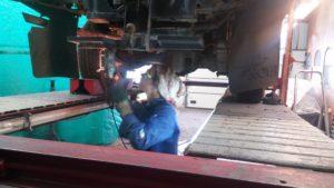 Landrover 109, bouwjaar 1975. Werkzaamheden; het gehele  chassis schoonmaken, oude tectyl laag er afkrabben, gehele chassis controleren op  roest en gaten.  De achter balk  en het gehele uitlaat systeem moet worden vervangen deze zijn te slecht om door de Apk ter komen, volgende week gaan we verder met het chassis ontroesten, daarna zal de Landrover gereed  gemaakt worden voor de laswerkzaamheden aan de achterbalk en de gaten die we in het chassis hebben ontdekt.  Volg onze werkzaamheden op facebook en onze website: www.landroveronderhoud.nl